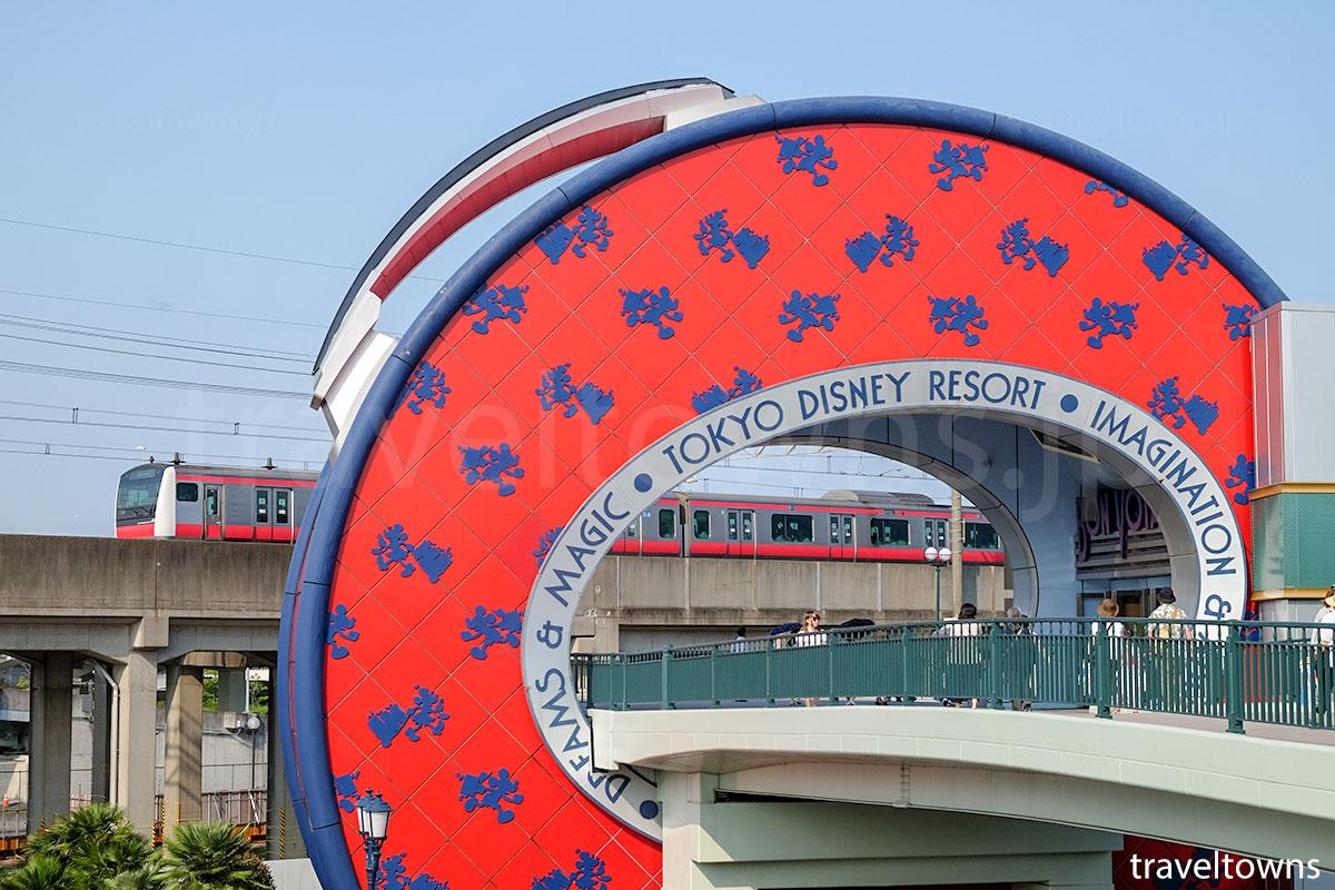 舞浜駅付近を走るJR京葉線