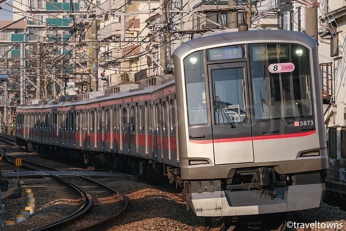 妙蓮寺~白楽駅近くを走る東急東横線の東急5000系