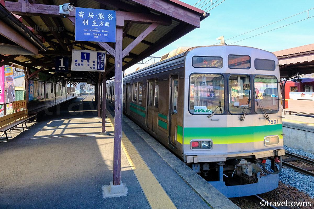 長瀞駅を発車する秩父鉄道7000系