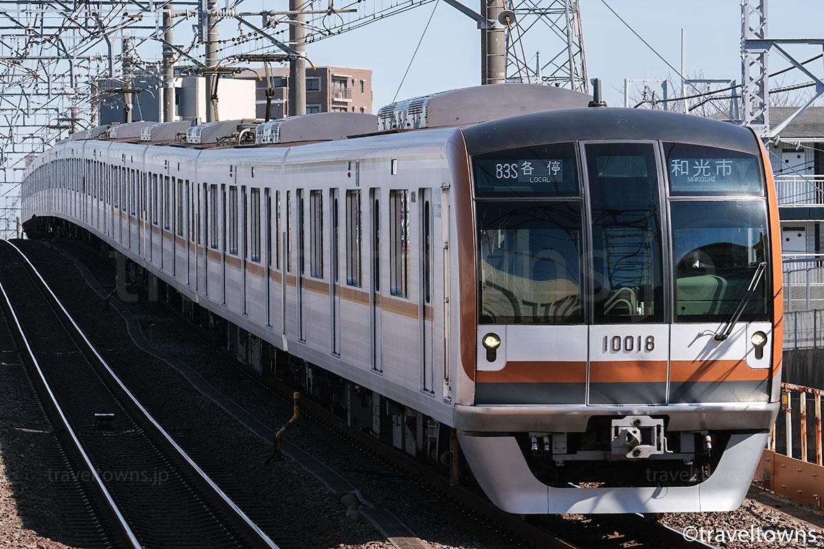和光市駅に到着する東京メトロ有楽町の10000系
