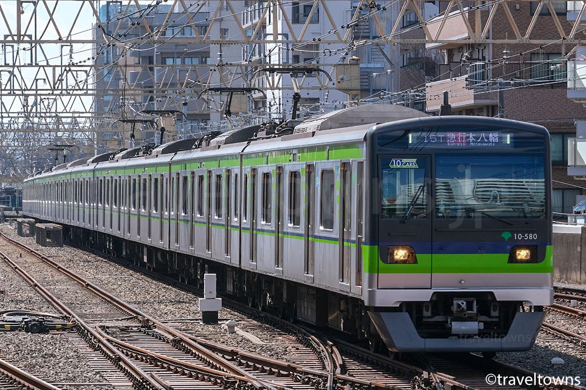 笹塚駅の引き上げ線から発車する都営新宿線の都営10-300形