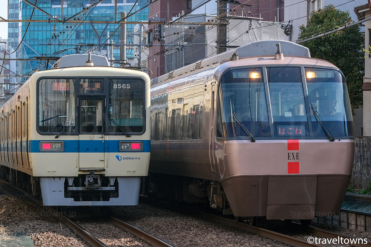 小田急小田原線を走る特急ロマンスカーはこね号と快速急行