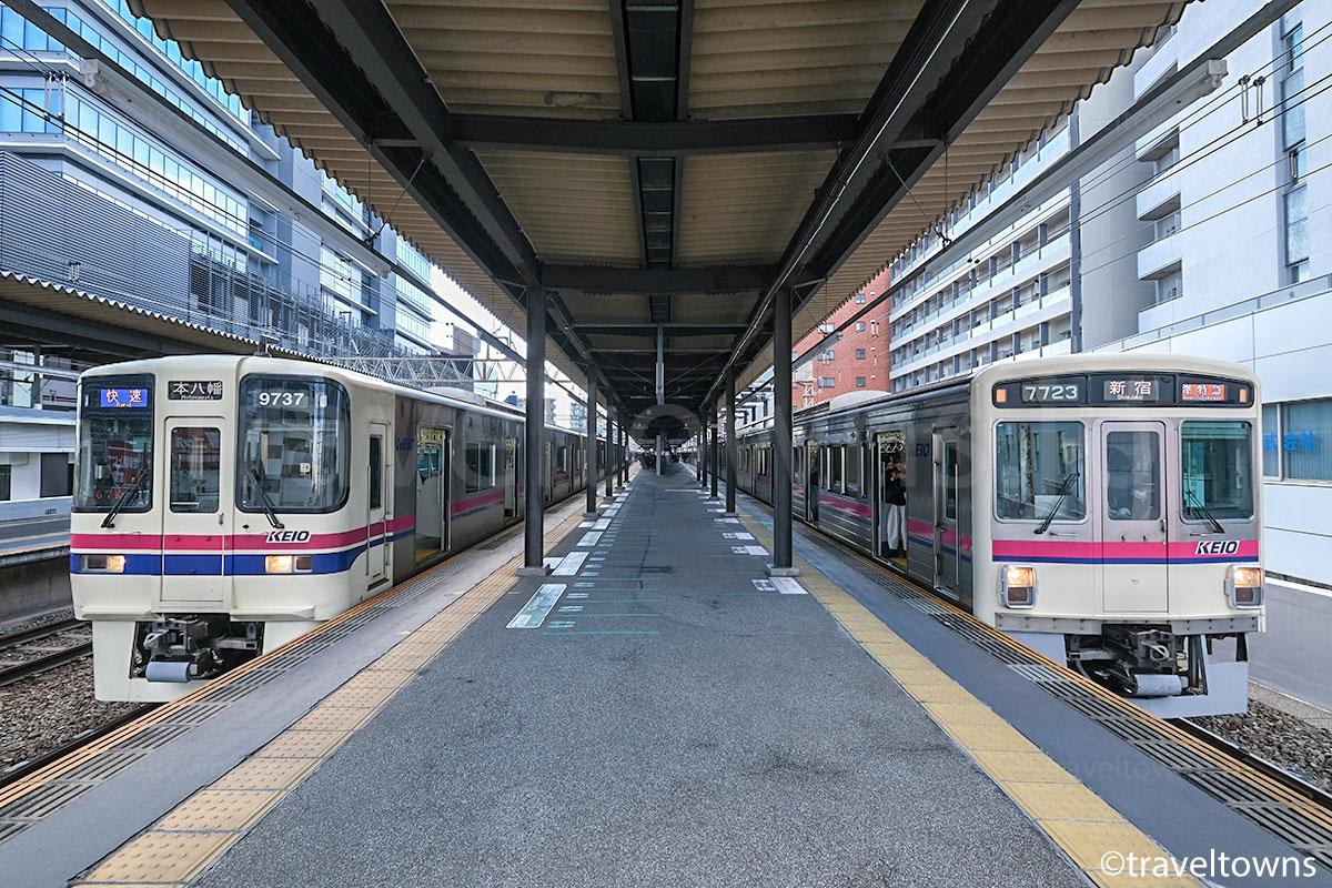 笹塚駅で並ぶ準特急新宿行きと都営新宿線直通の本八幡行き