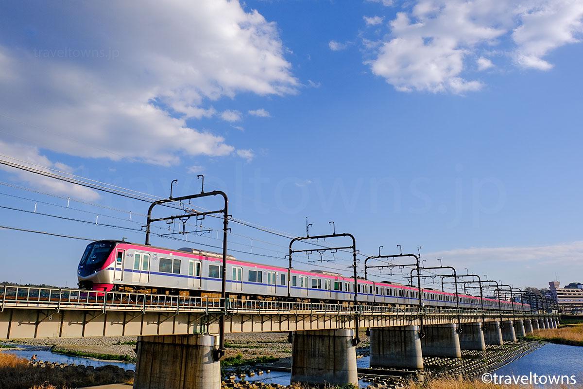多摩川を渡る京王線の電車(京王5000系)