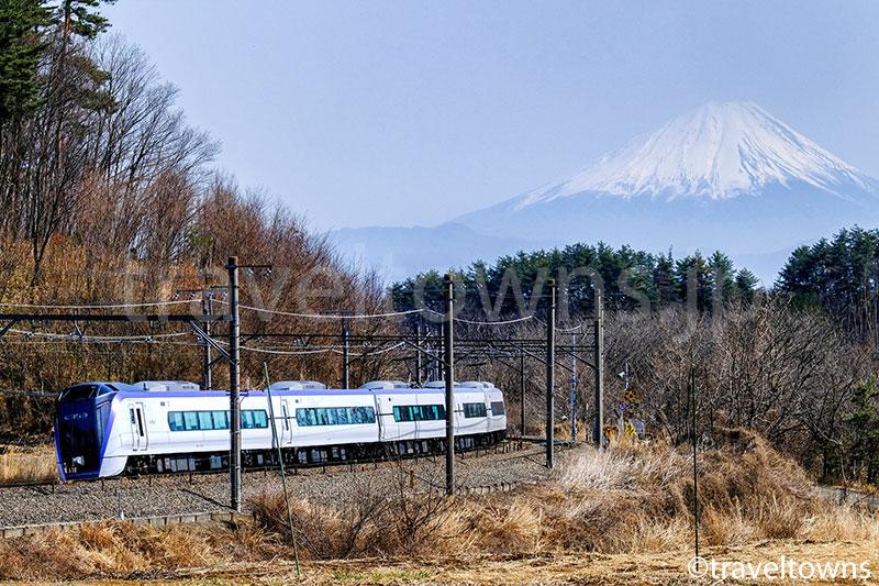 富士山とJR中央本線の特急スーパーあずさ(E353系)