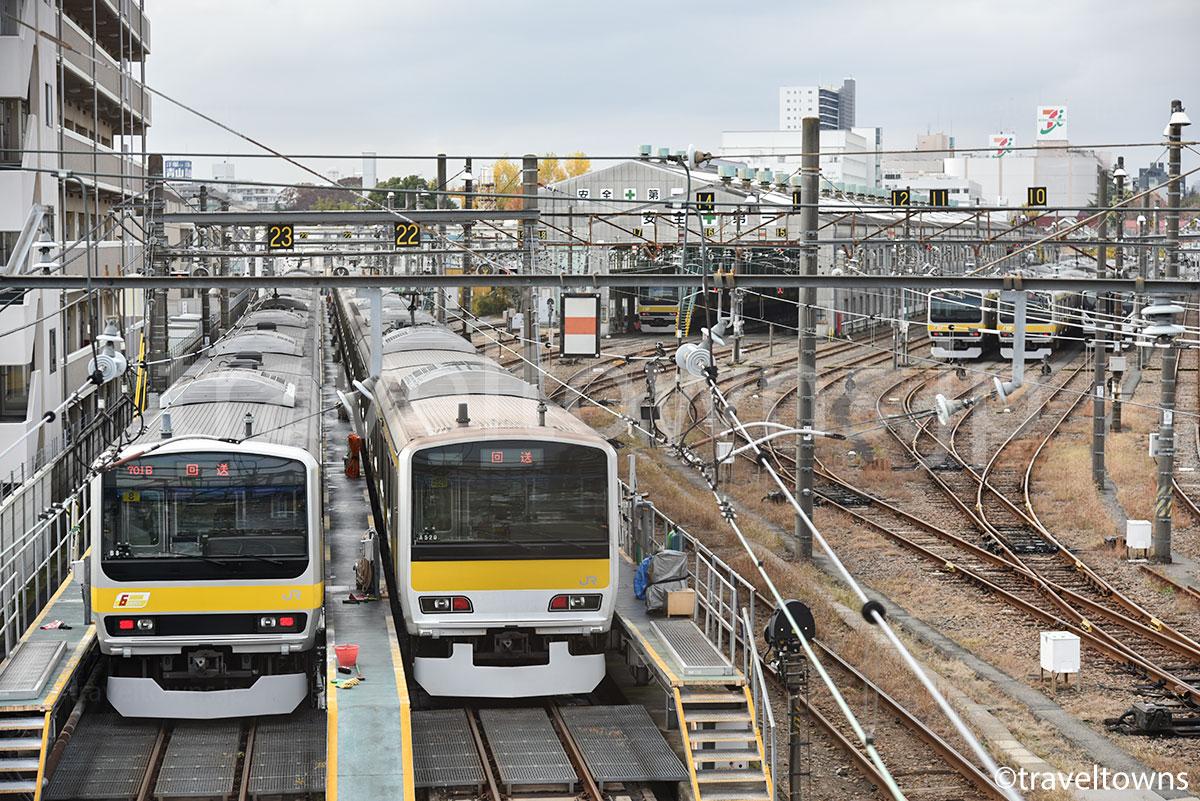 跨線橋からはJR総武線各駅停車の電車がよく見える