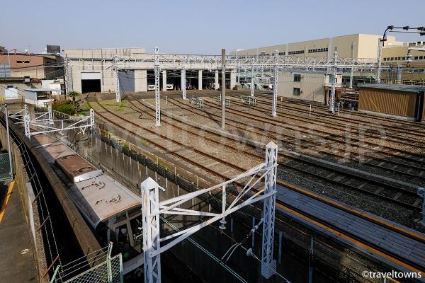 歩道橋の階段から眺める都営浅草線の車庫