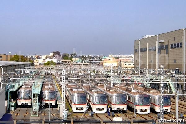 日中は都営浅草線の電車が多く見られる