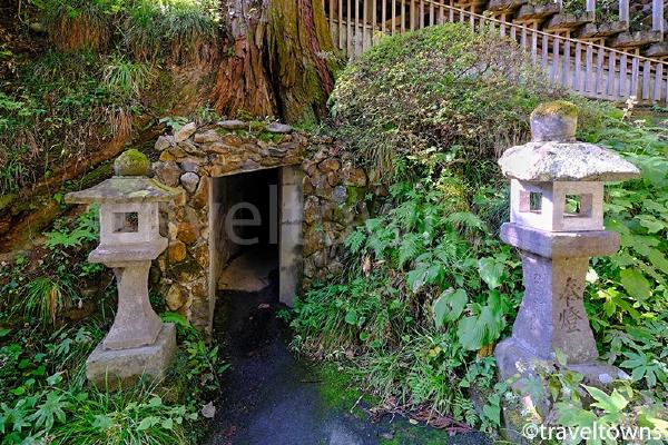 奥の院の「洞窟めぐり」はいくつかの出入口がある