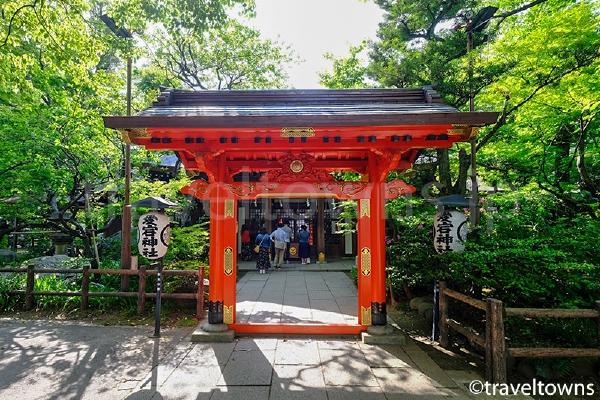 社殿の手前にある丹塗りの門