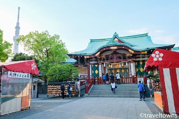 亀戸天神社の拝殿とスカイツリー