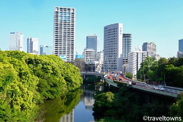 弁慶堀に沿って首都高速4号新宿線が通る