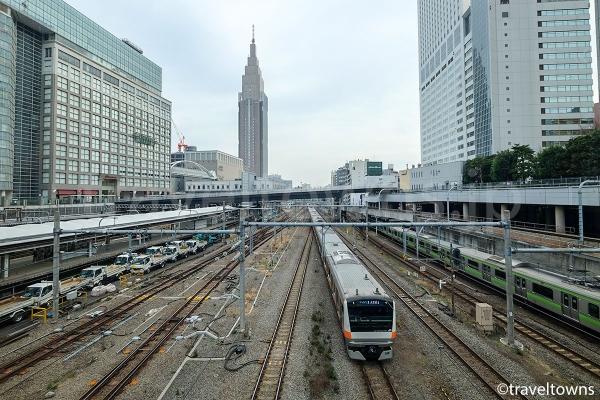 新宿駅を発着するJR中央線やJR山手線などの電車がよく見える