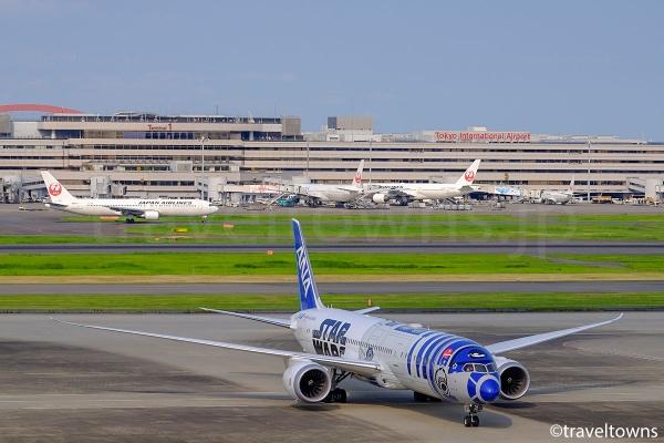 国際線ターミナルに発着する飛行機と反対側の第1ターミナルが見える
