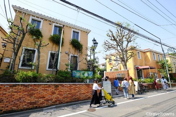 閑静な住宅街にあるラ・ヴィータ 自由が丘の入口