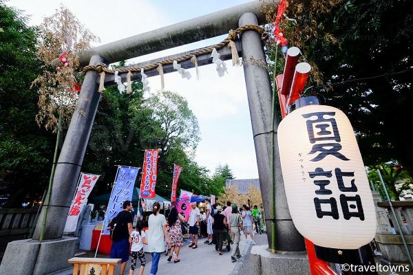 夏詣の提灯がかかる浅草神社