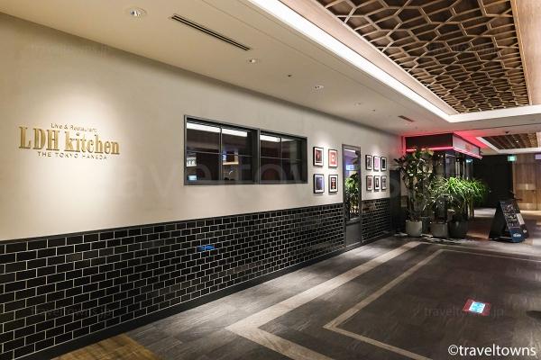 エスカレーター、エレベーター側にある Live & Restaurant LDH kitchen THE TOKYO HANEDA