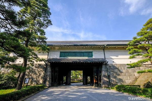 東御苑から平川門へ抜けて竹橋駅方面へ出られる