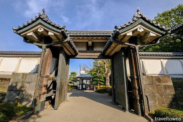 お堀から平川門へと続き入園口の門