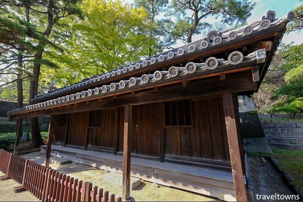 「同心」と呼ばれた武士が登城者の監視をしていた番所。瓦には皇室の菊のお紋や徳川家の葵の紋が見られる。