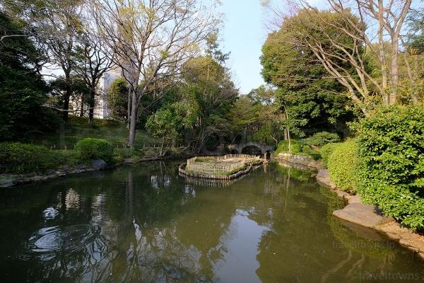 渓流から続く有栖川宮記念公園の池