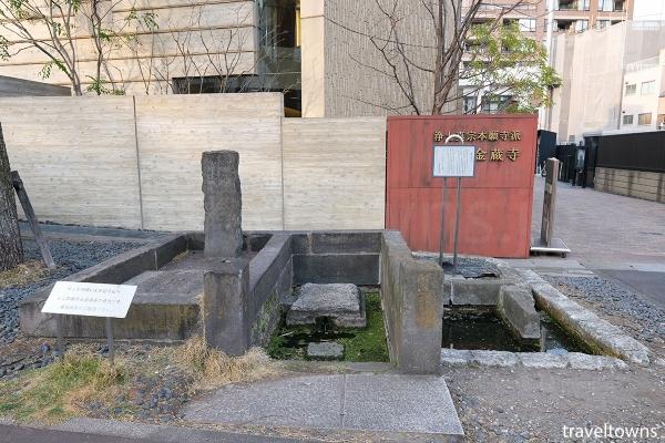参道にある柳の井戸