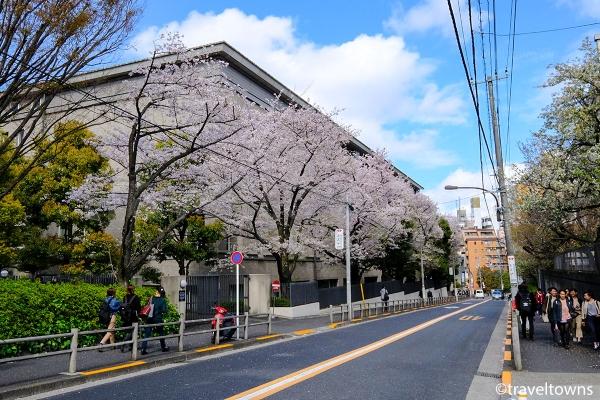 早稲田通りの西早稲田交差点から都電荒川線「早稲田停留場」方面へと続くグランド坂