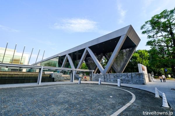 東京都現代美術館の外観と車椅子用の駐車スペース