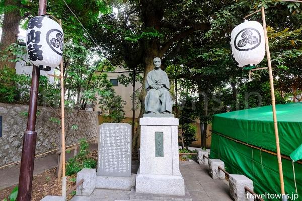 熊野神社の境内にある栗山久二郎の像