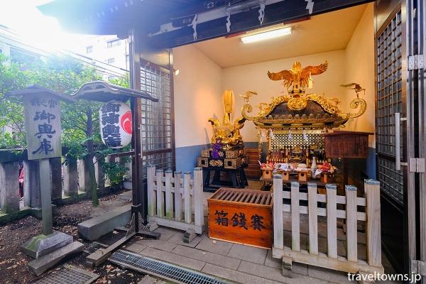 楼門に向かって左側の神輿庫