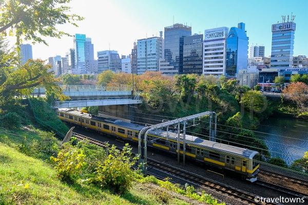外濠公園の遊歩道からはJR中央線を走る快速や各駅停車が見られる