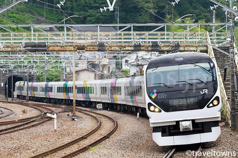 相模湖駅へ侵入するE257系の特急かいじ
