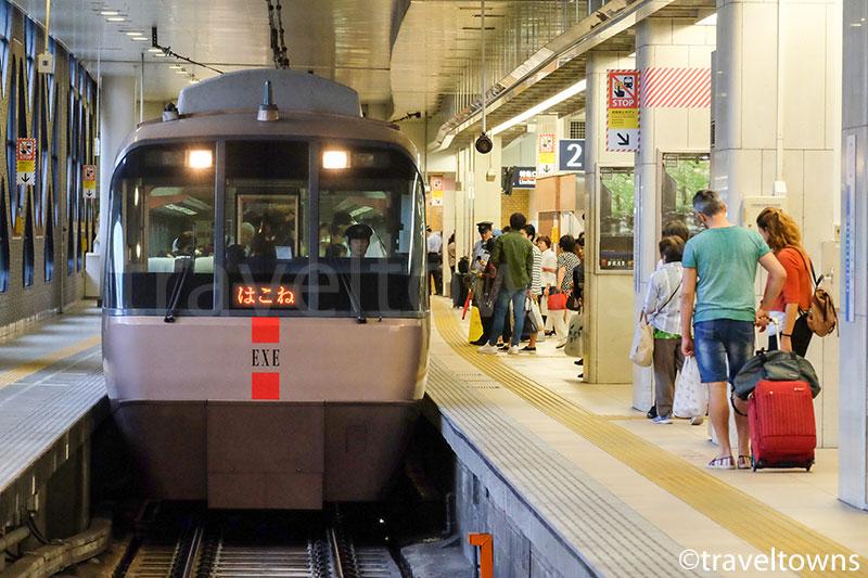 新宿駅に到着する特急ロマンスカーはこね号