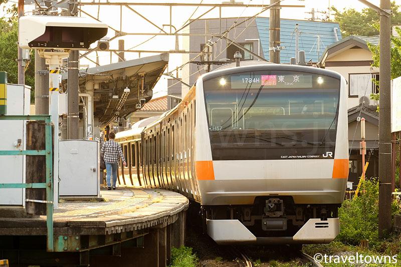 熊川駅を出発するホリデー快速あきがわ
