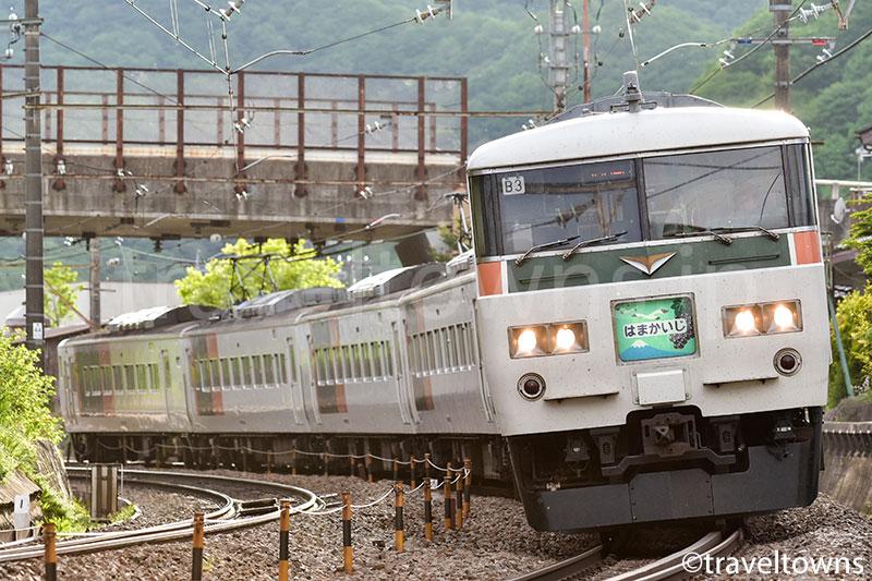 上野原~四方津駅を走る185系の特急はまかいじ