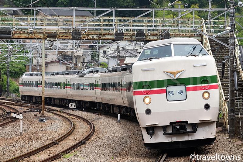 相模湖駅を通過する快速富士山の189系