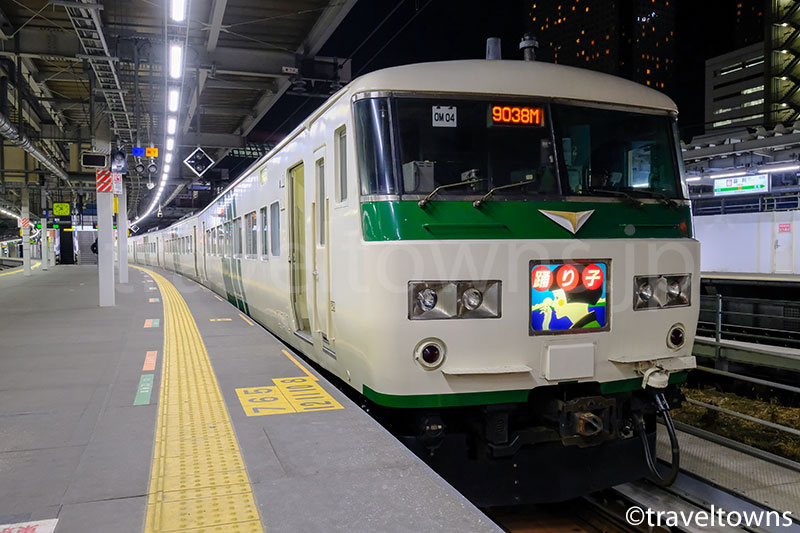 品川駅に停車中の特急踊り子号(185系)