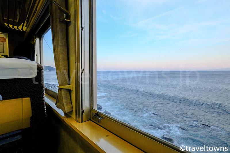 伊豆方面は進行方向左側に、東京方面は進行方向右側に駿河湾の車窓が望める