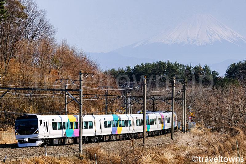 三峰の丘から眺める特急あずさと富士山