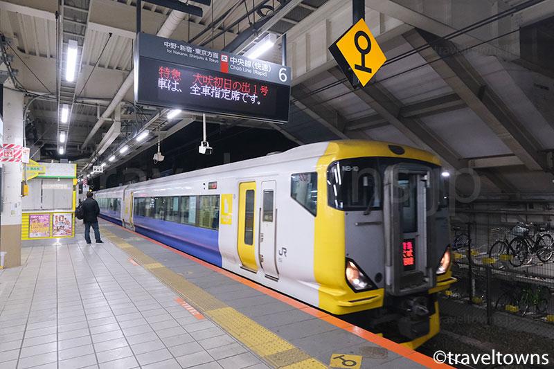 三鷹駅に到着する特急 犬吠初日の出1号