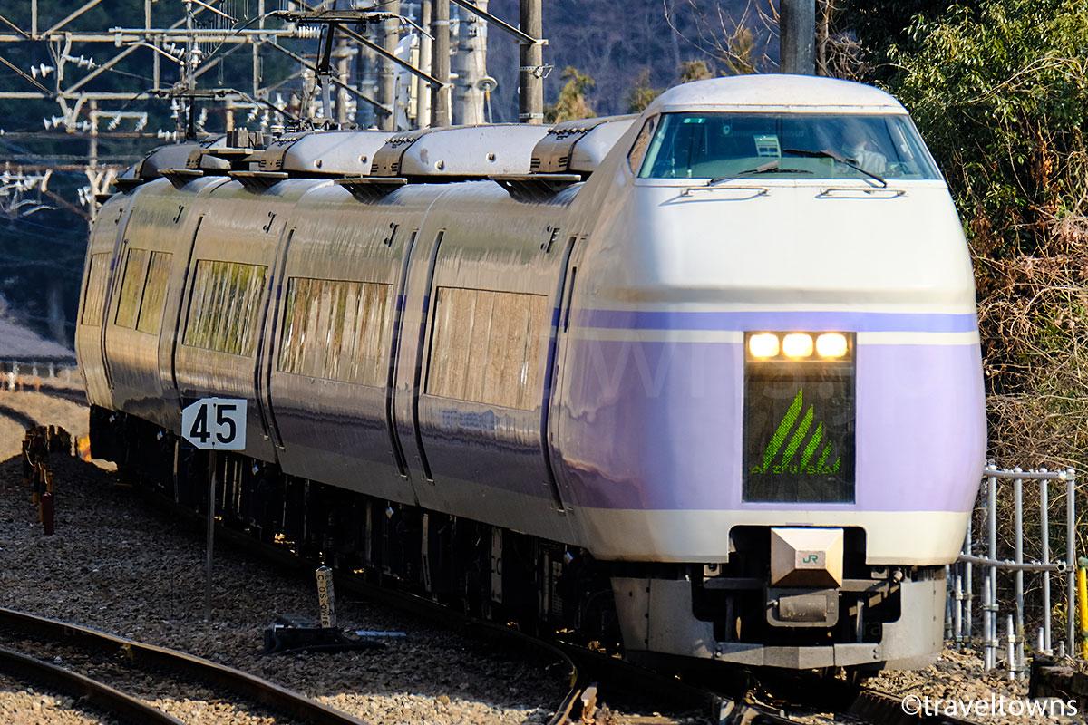 四方津駅付近を走る特急スーパーあずさ(E351系)