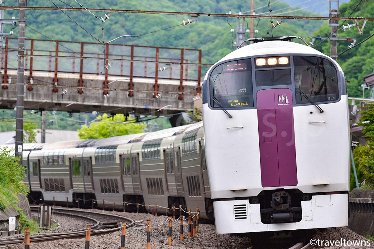 上野原~四方津駅間を走るホリデー快速ビューやまなし