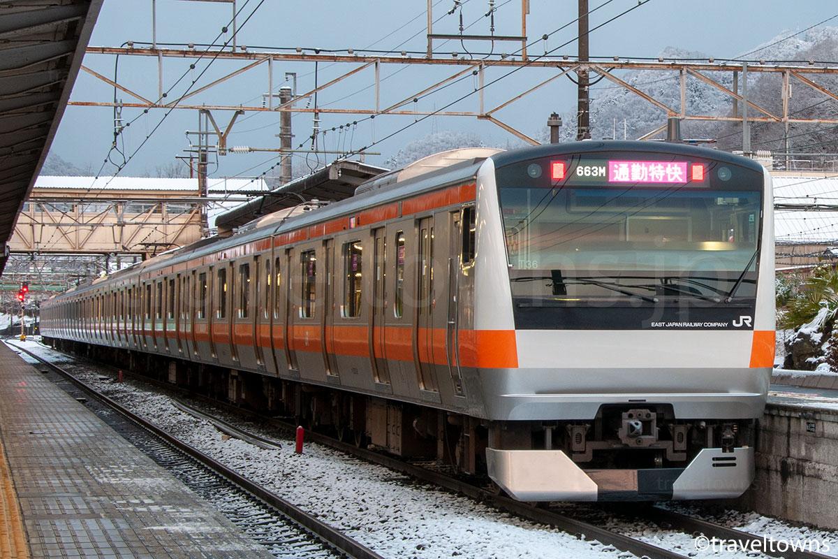 JR大月駅に停車中の通勤特快(E233系0番台)