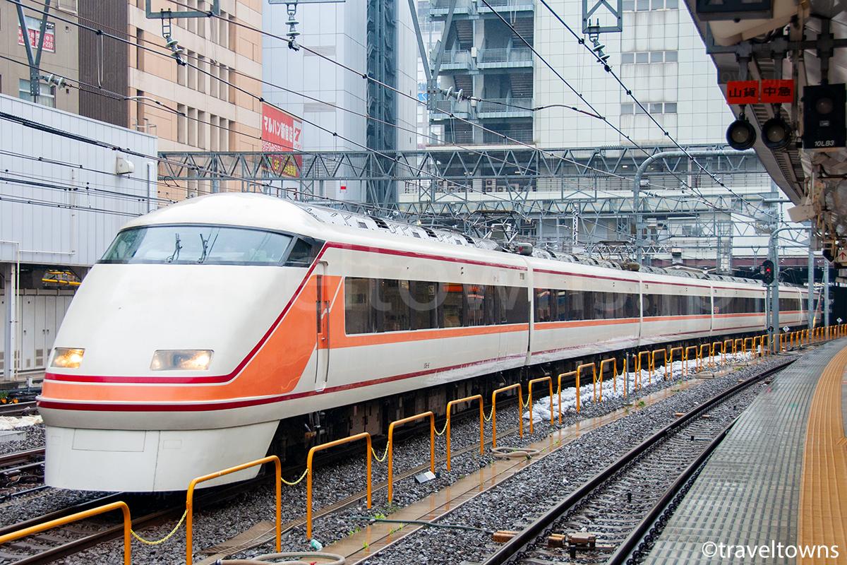 新宿駅を発車する特急スペーシアきぬがわ(東武100系)