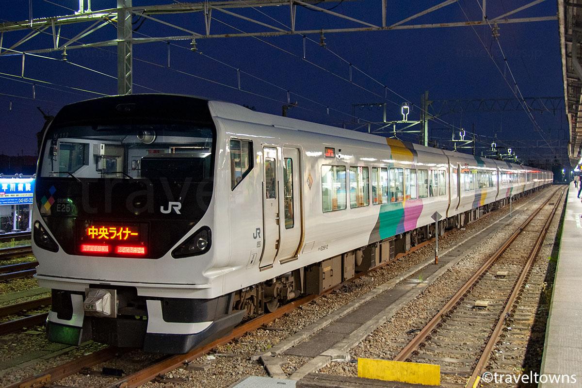 高尾駅の留置線に停車中の中央ライナーE257系0番台