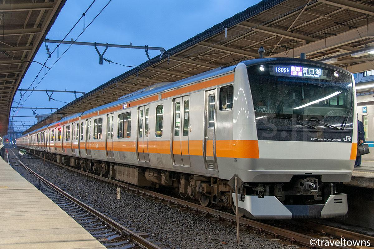 中野駅に停車中のJR中央線 通勤快速(E233系0番台)