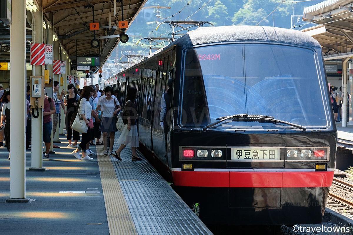 熱海駅に停車中のリゾート21黒船電車
