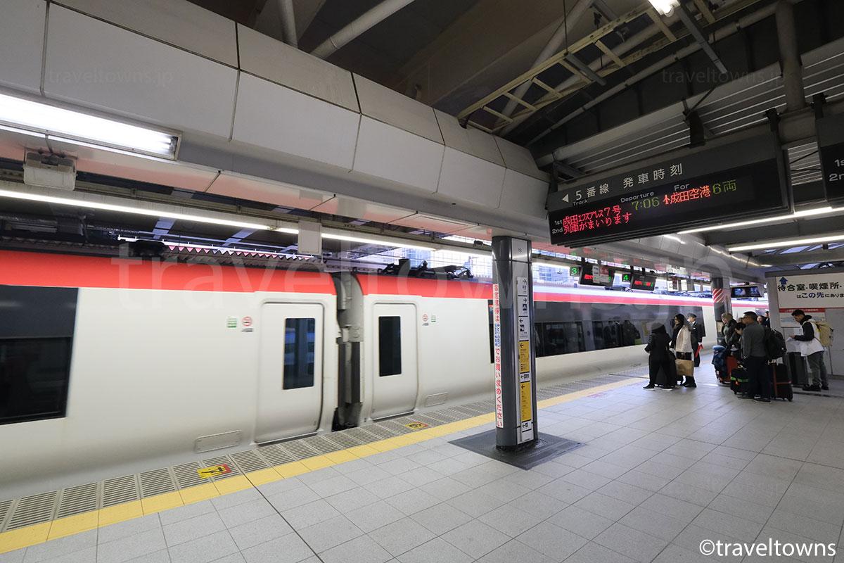新宿駅5番線に到着する成田空港行きの特急成田エクスプレス