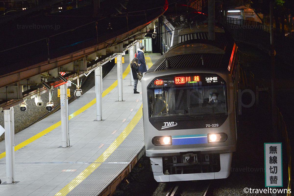 大崎駅に到着するJR埼京線の快速(りんかい線)
