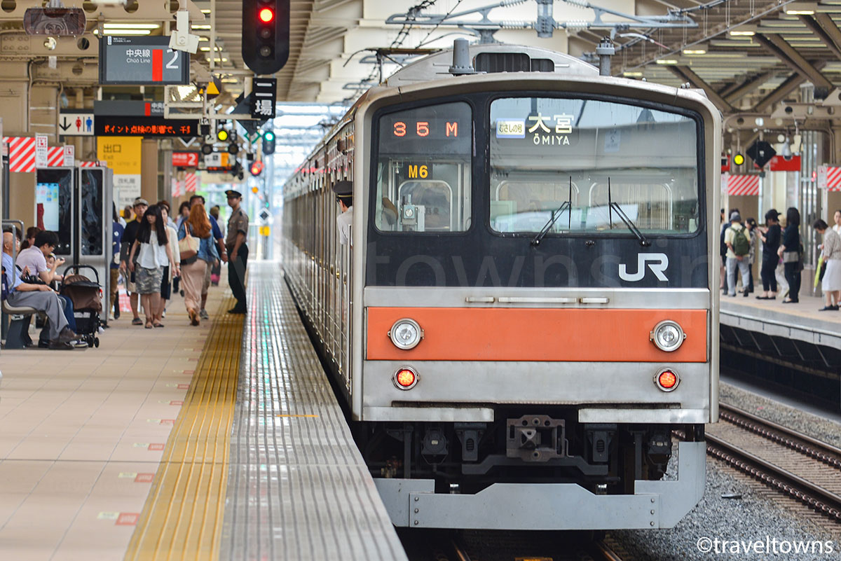 JR中央線の国立駅を発車する武蔵野線むさしの号